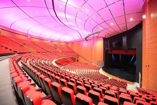 Крокус Сити Холл - концертный зал на 6100 мест с удобными креслами и широкими проходами, с партером-трансформером...